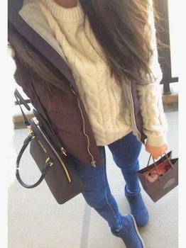 茶色のダウンベスト×白ニットセーター×ジーンズ