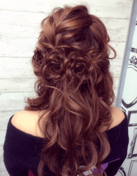 入学式でスーツに合うレディースの編み込みローズモチーフの髪型