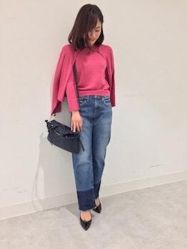 ピンクのカーディガン×ハイネックセーター×ジーンズ
