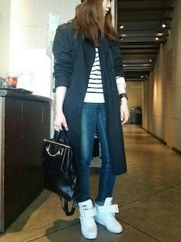 黒のトレンチコート×ボーダーニット×ジーンズ