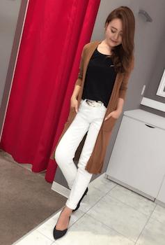 茶色のカーディガン×黒Tシャツ×白デニムパンツ