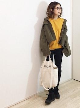 黄色のトレーナー×黒デニムパンツ×ミリタリージャケットの春服コーデ
