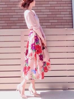 カラーニット×花柄フレアスカート×パンプス