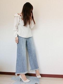 刺繍フリルトップス×ワイドデニムパンツ×パンプスの春服コーデ