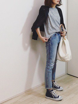 カラーTシャツ×ジーンズ×カーディガンの春服コーデ