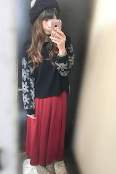 赤のロング・マキシ丈スカート×黒のニット