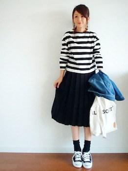 白黒ボーダートップス×プリーツスカート×靴下