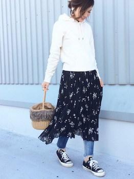 パーカー×花柄スカート×ジーンズの春服コーデ