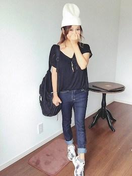 ナイキのスニーカー×VネックTシャツ×デニムパンツ