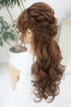 結婚式で人気のロングの編み込みクラウンの髪型