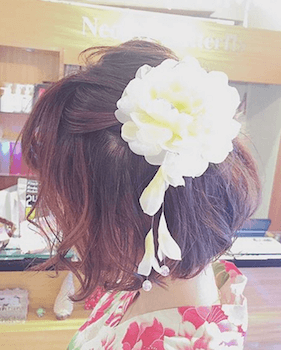 14浴衣に合うレディースのビック花飾りのボブの髪型