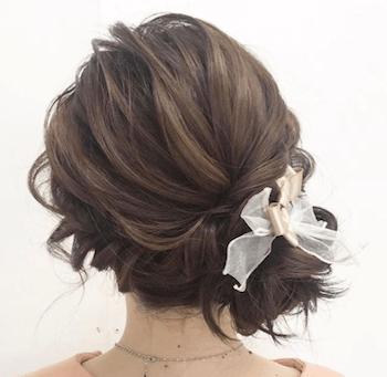 結婚式で人気のミディアムのサイドくるりんぱの髪型