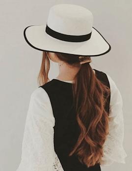 麦わら帽子に似合う髪型7:ゆるポニーテール