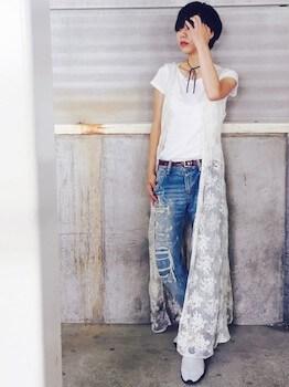 プーマのスニーカー×白Tシャツ×ダメージジーンズ
