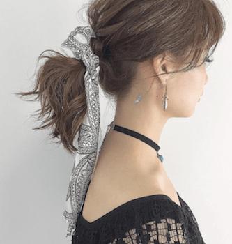 ヘアアクセサリーを使ったザックリポニーテールの髪型