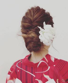 17浴衣に合うレディースのねじり編み込アップのロングの髪型
