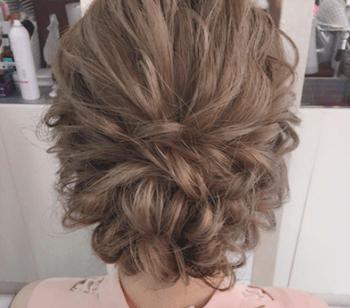 結婚式で人気のミディアムの崩し編み込みくるりんぱの髪型