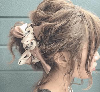 ヘアアクセサリーを使ったねじりくるりんぱの髪型