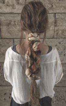 ヘアアクセサリーを使ったスカーフ編み込みテールの髪型