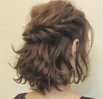 結婚式で人気のボブの髪型8:ゆるカール編み