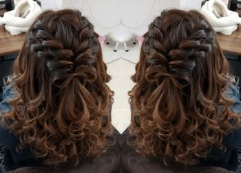 結婚式で人気のボブの髪型4:ツイン編み込みリボン