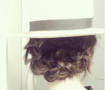 麦わら帽子に似合う髪型3:編み込みアップ