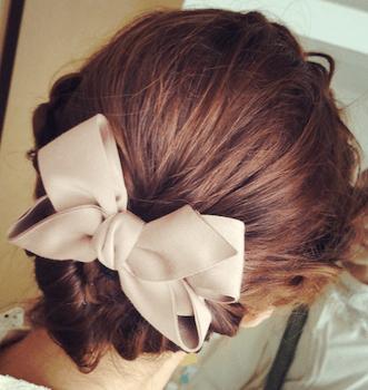 結婚式で人気のショートのサテンリボンハーフアップの髪型