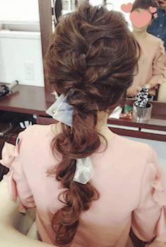 ヘアアクセサリーを使った崩し編み込みの髪型
