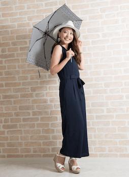 日傘と麦わら帽子を使った日焼け対策コーデ
