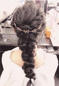 ヘアアクセサリーを使ったフィッシュボーンの髪型