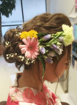 6浴衣に合うレディースのロングの花かんむり飾りの髪型