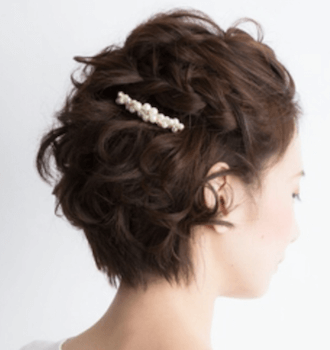 結婚式で人気のショートのサイド三つ編み流しの髪型