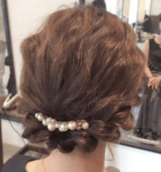 結婚式で人気のボブの髪型12:ねじり編み込みパールバレッタ