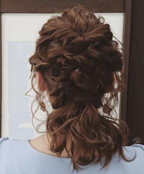結婚式で人気のボブの髪型2:編み込みポニーテール