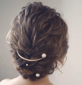 結婚式で人気のミディアムのパールクレセントコームの髪型