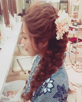 3浴衣に合うレディースの花飾り&フィッシュボーンのロングの髪型