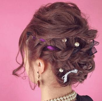 結婚式で人気のボブの髪型13:リボン編み込みアップ
