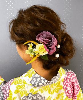 10浴衣に合うレディースの花飾り&くるりんぱのロングの髪型