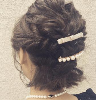 結婚式で人気のボブの髪型7:トップ編み込み&バレッタ