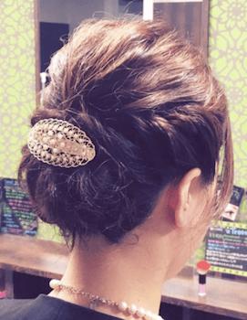 結婚式で人気のショートのハーフアップバレッタ留めの髪型