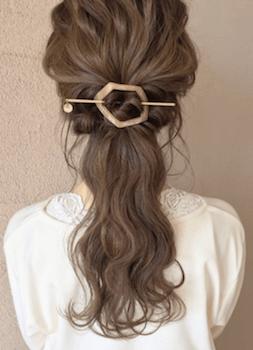 ヘアアクセサリーを使ったねじりポニーテールの髪型
