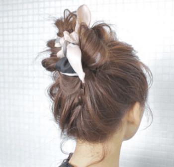 ヘアアクセサリーを使ったねじりオダンゴの髪型