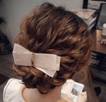 結婚式で人気のミディアムのリボンバレッタの髪型