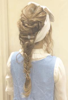 ヘアアクセサリーを使った三つ編みヘアーバンドの髪型
