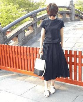 17グルカサンダル×黒Tシャツ×フレアスカート
