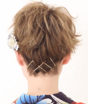 9浴衣に合うレディースのピン&花飾りを刺したショートの髪型