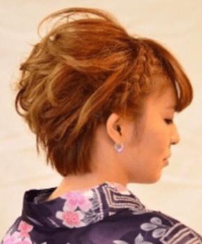 12浴衣に合うレディースの三つ編みカチューシャのショートの髪型