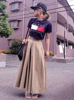 ロゴTシャツ×マキシ丈スカート×キャップ