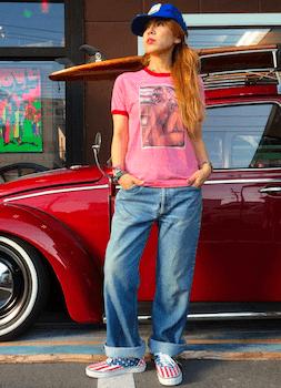 2リンガーTシャツ×ジーンズ×スニーカー