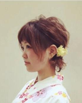7浴衣に合うレディースの黄色花を飾ったショートの髪型